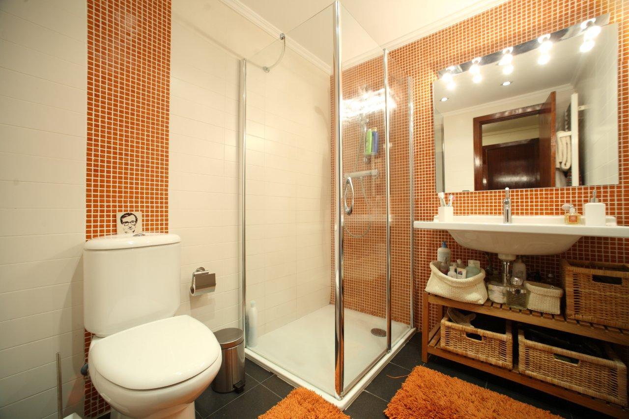 Dividiendo ambientes en el baño.