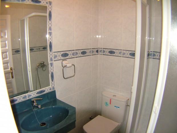 Integrar un espejo en azulejos.