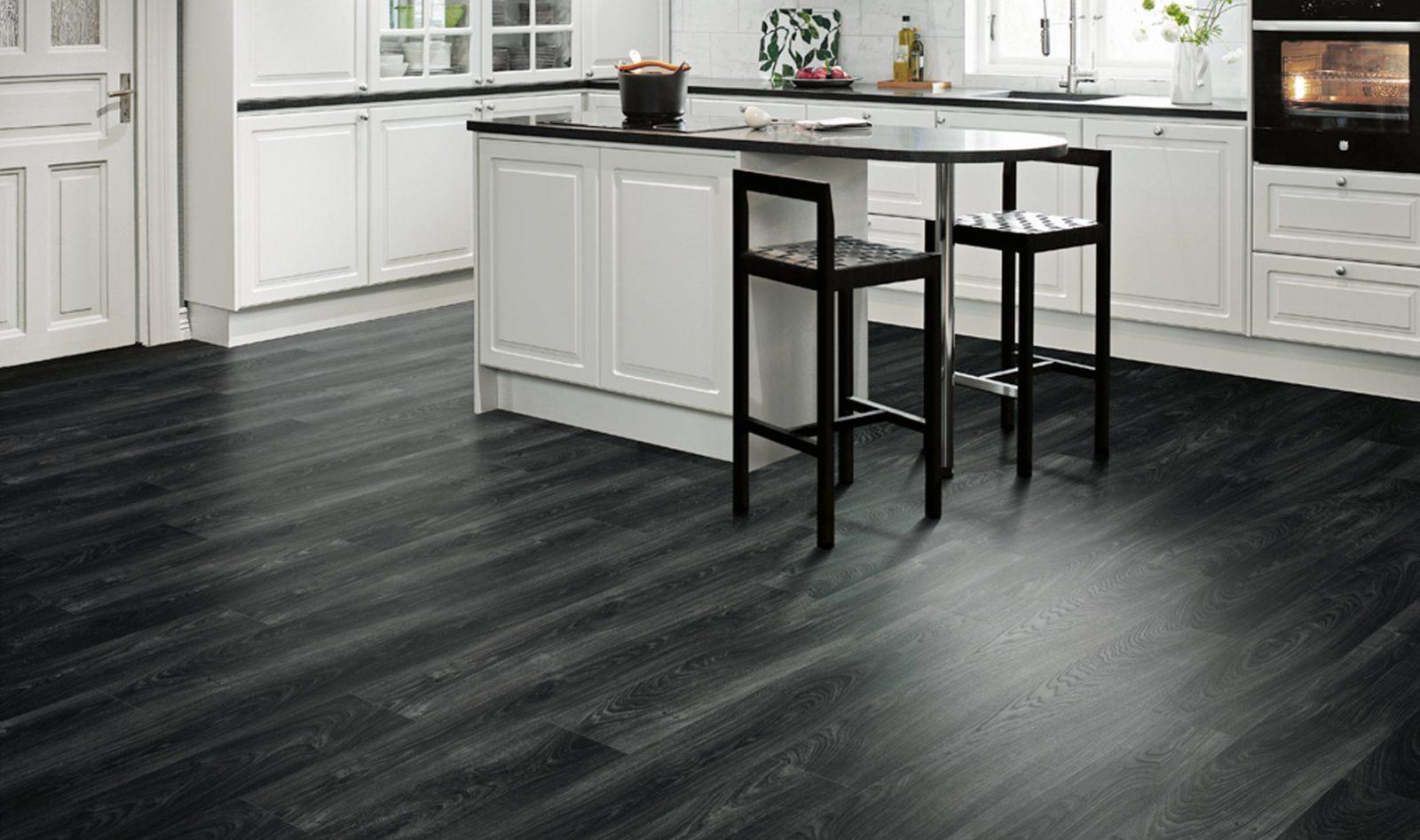 El uso de los suelos laminados en la cocina.