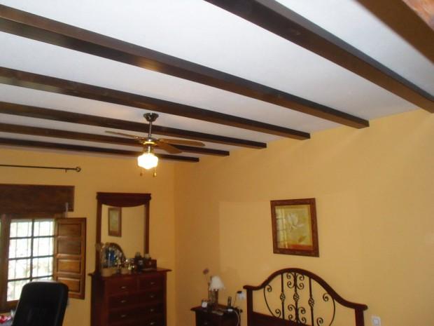 El uso de las vigas y molduras al decorar techos.