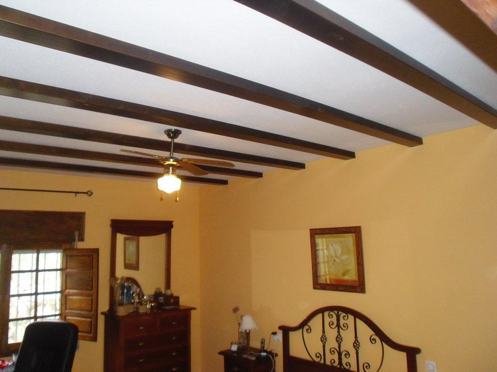 El uso de las vigas y molduras al decorar techos - Decoracion con vigas de madera ...