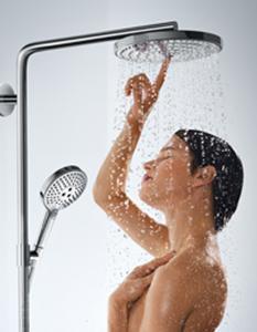 escena de ducha emocional con botón en la ducha fija