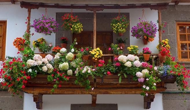 Recomendaciones a la hora de decorar la terraza for Adornos navidenos para balcones