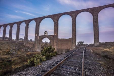 AXAPUSCO, ESTADO DE MÉXICO, 05JULIO2015.- El Acuduecto del Padre Tembleque fue declarado por la Organización de las Naciones Unidas para la Educación, la Ciencia y la Cultura (Unesco), como patrimonio mundial. La construcción con arcos de más de 40 metros de altura data de hace 450 años, y se encueentra entre el límite de Hidalgo y el Estado de México. FOTO: GOBIERNO DEL ESTADO DE MÉXICO /INAH /CUARTOSCURO.COM