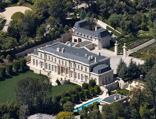 Esta mega mansión cuenta con 15 habitaciones, 16 cuartos de baño, garaje para 9 coches y ubicada en más de 5 hectáreas de tierra.