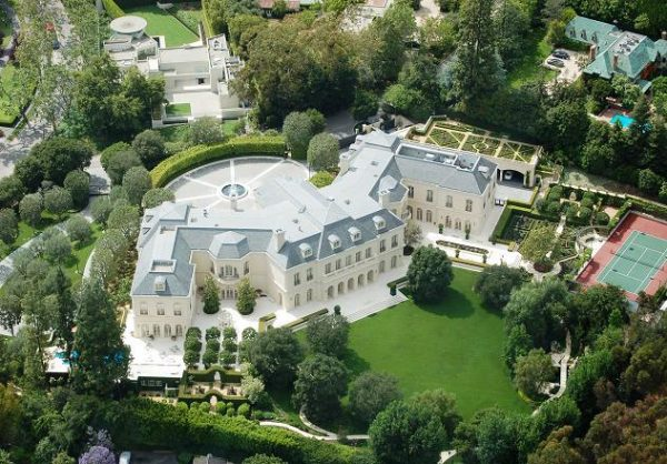 """""""The Manor"""" es un mansión estilo castillo francés de 123 habitaciones y 56,000 pies cuadrados(5,200 m2) ubicada en más de 4,6 hectáreas. Es el mansión más grande en Los Ángeles."""