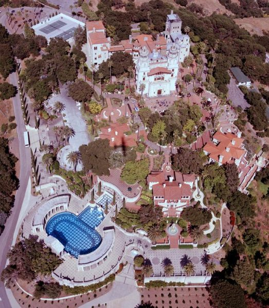 El Castillo Hearst es un palacio construido por el magnate de prensa William Randolph Hearst. Ocupa una extensión de 160 km² y cuenta con 56 habitaciones, 61 baños, 19 salones, una gran extensión de jardines tanto interiores como exteriores, piscinas, pistas de tenis, un cine, un aeródromo.