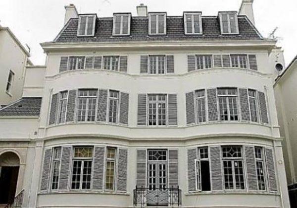 Elena Franchuk, una mujer de negocios y filántropa de Ucrania, se informó que fue la que compró está mansión recién actualizada en el suroeste de Londres por $161 millones. El hogar es de cinco pisos, la mansión victoriana tiene 10 dormitorios.