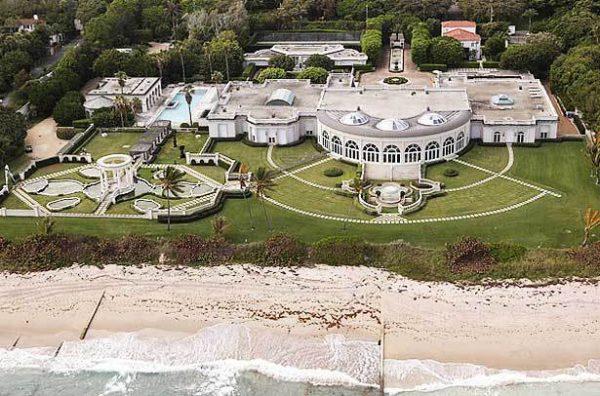 Esta mansión es de 60.000 metros cuadrados, Donald Trump la compró en 2008, algunos accesorios dentro la casa son de diamantes y de oro, tiene un garaje para 50 coches.