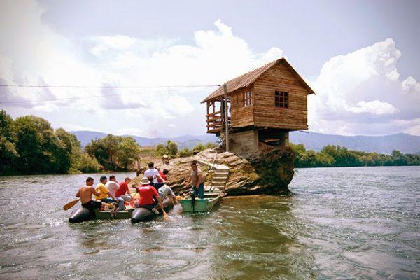 Cabaña construida en el medio de un río (2)