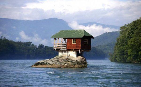Cabaña construida en el medio de un río (3)