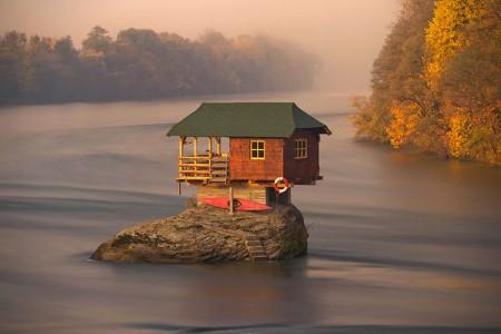 La cabaña construida en medio de un rio